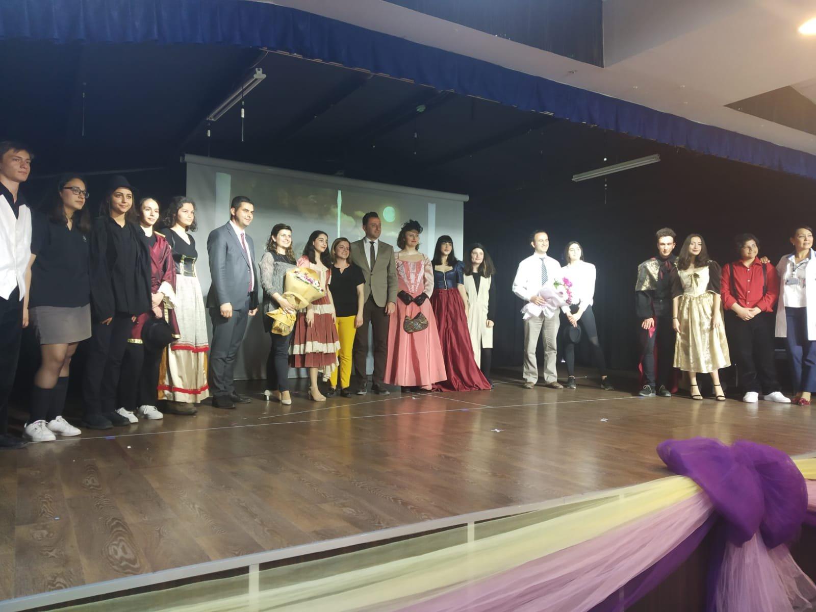 Lise Tiyatro Gösterisi